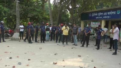 ভাঙ্গা থানায় হেফাজতের ঘন্টাব্যাপি তান্ডব, ৬ পুলিশ আহত